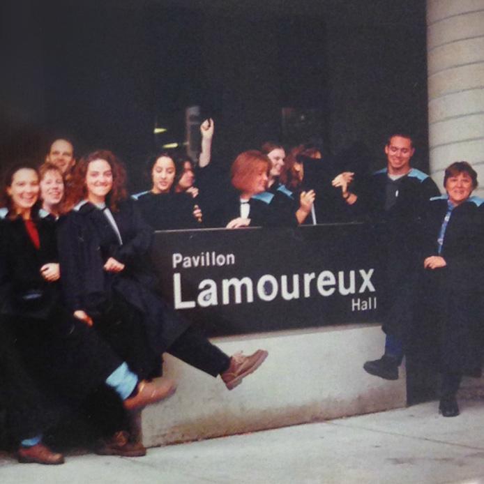 Des gens en toge célèbrent devant le pavillon Lamoureux
