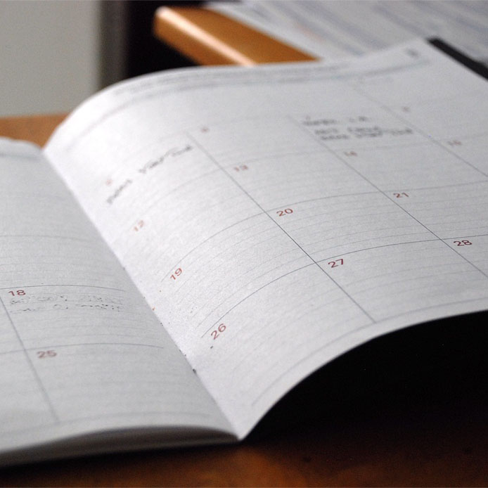 Photo d'un calendrier dans une livre