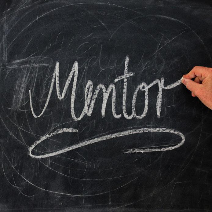 Le mot 'Mentor' écrit sur un tableau en craie