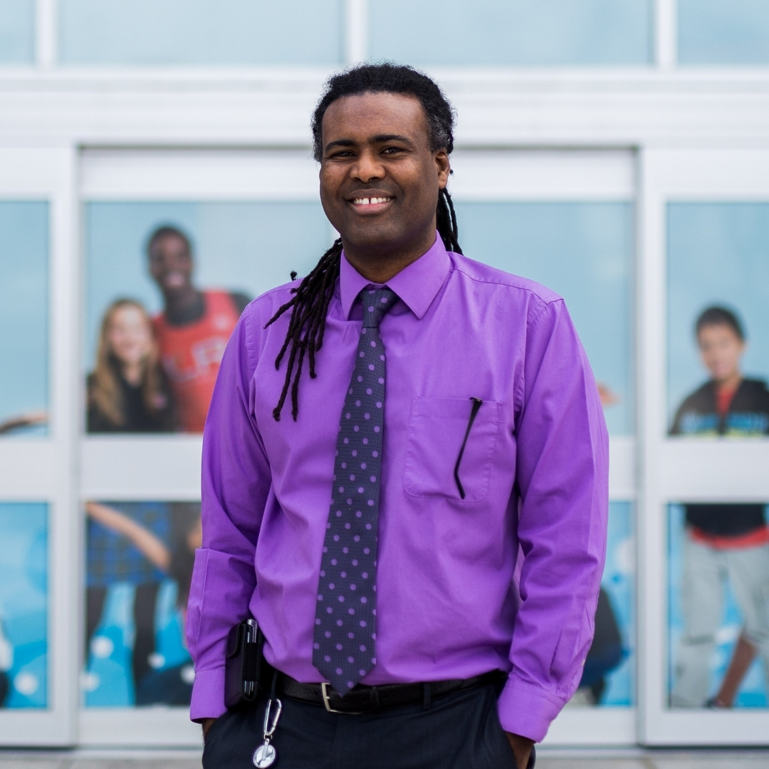 M. Abdi Bileh, portant une chemise de couleur mauve