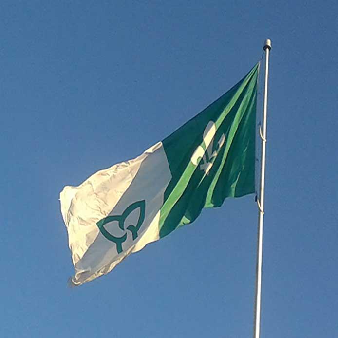 Drapeau franco-ontarien sur un mât de drapeau