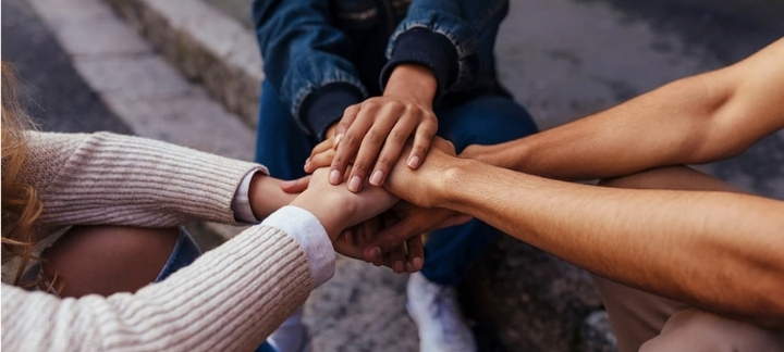 Trois personnes, les mains sur les mains