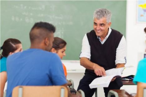 Homme enseignant à des élèves du secondaire