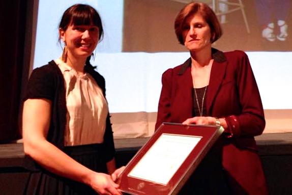 Jennifer Divall sourie en recevant la Bourse commémorative Suzanne-Wright presentée par Diana Wright