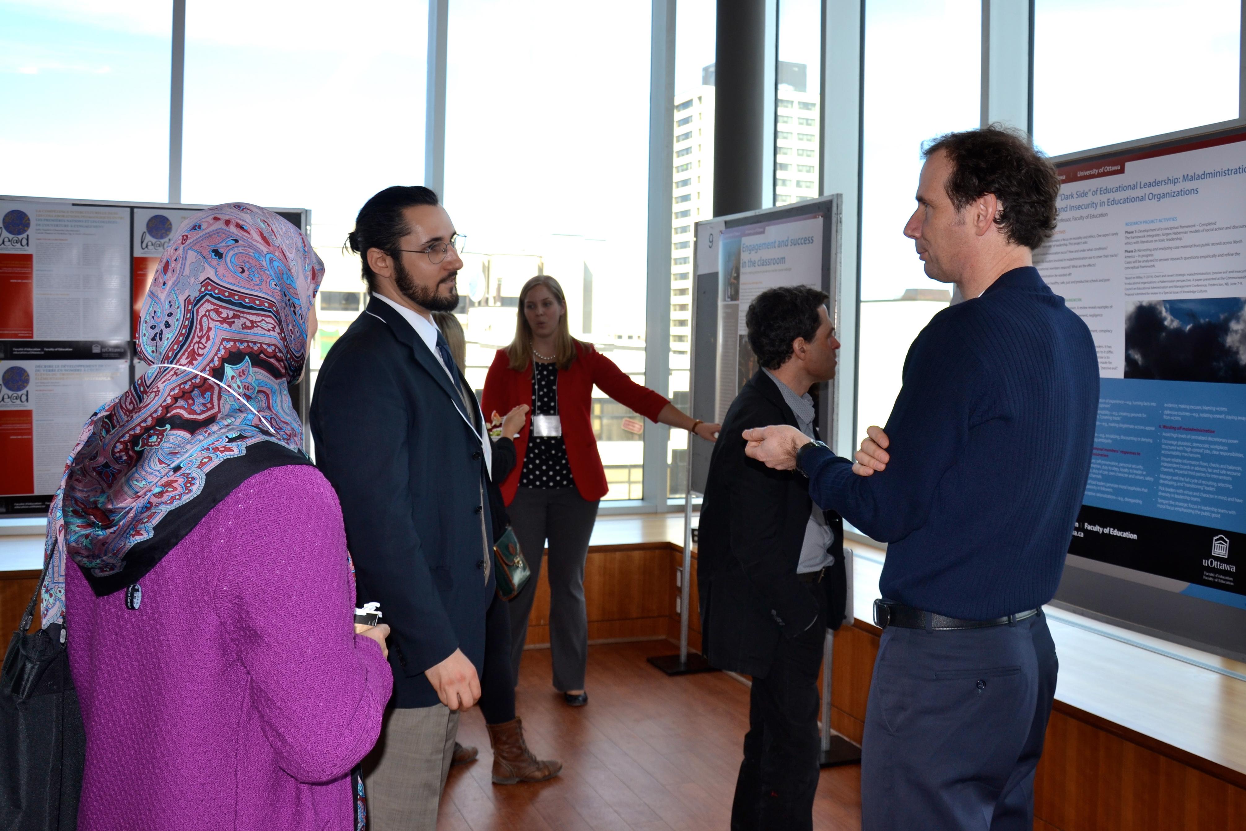 Des participants discutent leurs recherches avec la communauté universitaire au Symposium