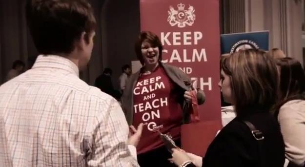 "Le t-shirt d'une femme dit ""Keep Calm and Teach On"""