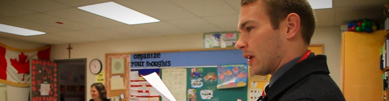 Un orateur devant une salle de classe
