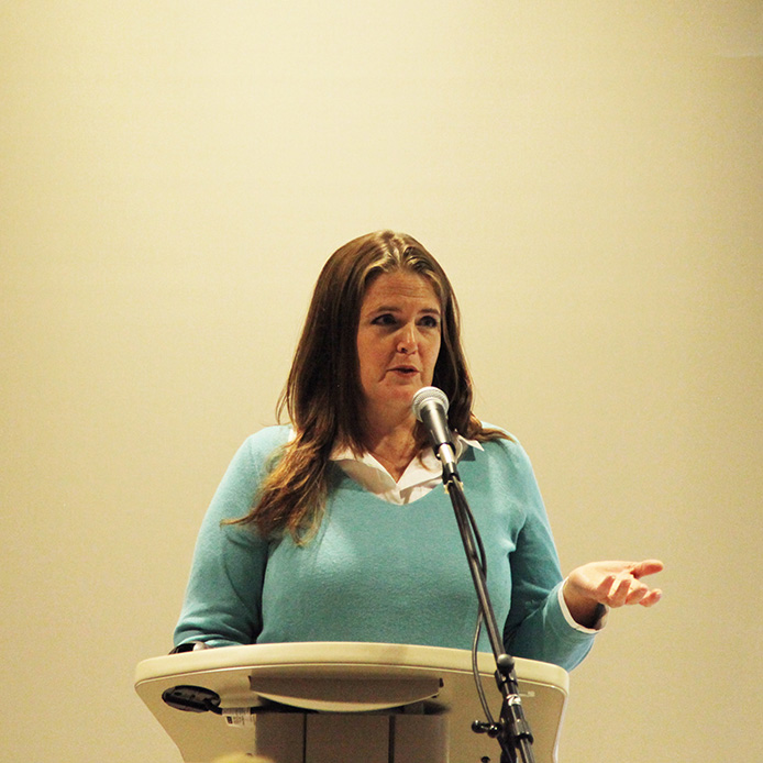 Une oratrice derrière un podium
